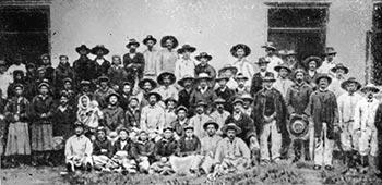 Група заарештованих учасників страйку 1906 року з с. Мужилова перед будинком Бережанського суду. 1906 р.