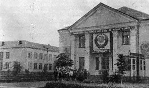 Середня школа і будинок культури в с. Дружбі. 1972 р.
