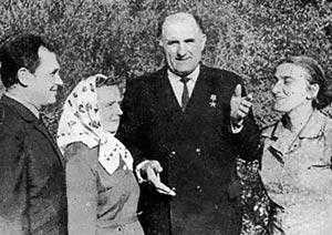 Герой Соціалістичної Праці Т. С. Гевко серед односельців, с. Нижчі Луб'янки. 1972 р.
